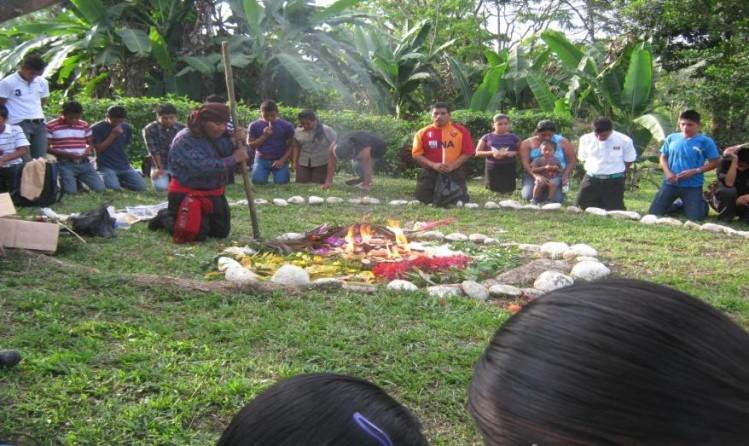 """""""AJ"""" Millorant la sanitat escolar, guanya l'educació. Avançant en Educació, millora la salut, en la Comunitat de """"Xalbal"""" (Ixcán – El Quiché – Guatemala)"""""""